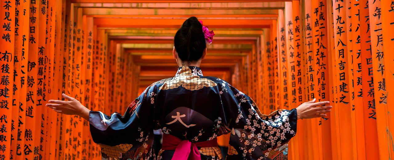 JAPAN---KYOTO---Woman-in-Kimopno-at-Red-Torii-shrine-at-Fushimi-Inari--cropped